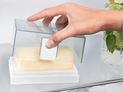 <strong>Botervloot.</strong> De botervloot kan dankzij de éénhandige bediening gemakkelijk worden geopend en aan het deksel worden opgepakt.  De doordachte afmetingen maken het mogelijk boter van verschillende formaten te bewaren. De botervloot is sterk, geschikt voor de vaatwasser en past in alle Liebherr deurvakken.