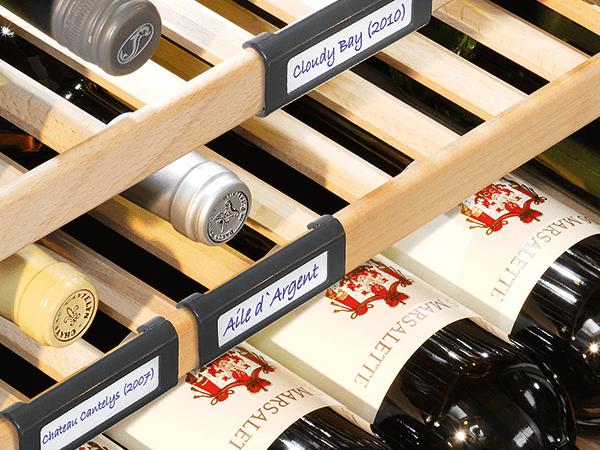 <strong>Plateauclips (5 stuks).</strong> De plateauclips bieden u de mogelijkheid om een nog beter overzicht over uw voorraad van verschillende wijnsoorten te krijgen. Deze clips zijn naar wens te verschuiven over het front van de beukenhouten plateaus.