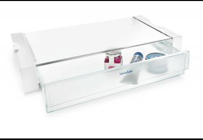 <strong>VarioSafe.</strong> De VarioSafe biedt overzicht en zorgt voor een opgeruimde koelkast. Het is de ideale bewaarplaats voor kleine levensmiddelen zoals tubes en potjes. De Safe is in hoogte verstelbaar en kan op meerdere niveaus in de in de zijwand geïntegreerde houders in het koeldeel worden geplaatst
